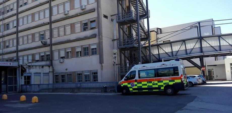 Caltanissetta, donna sale all'ottavo piano del Sant'Elia per togliersi la vita: salvata dai poliziotti