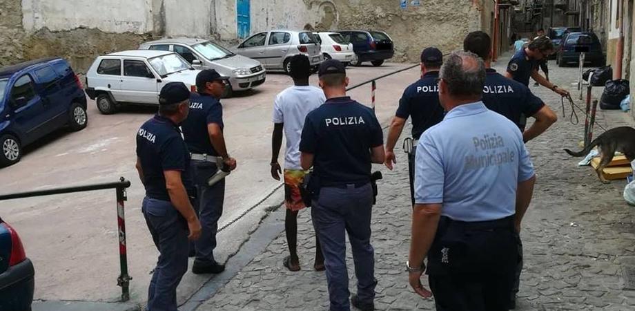 Caltanissetta, controlli della polizia: sequestrate 40 dosi di hashish e un coltello