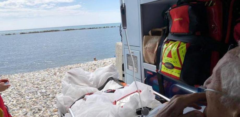 Anziano chiede di vedere il mare e l'ambulanza della Croce Rossa si ferma sulla spiaggia