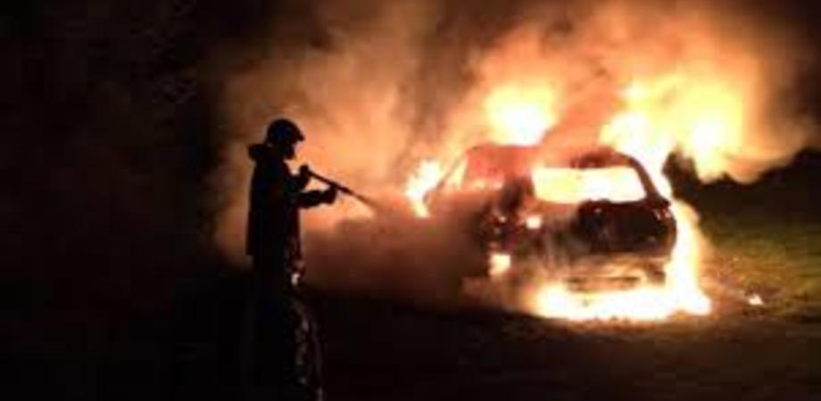 Gela, due auto in fiamme nella notte: nel mirino un operaio e la titolare di un centro estetico