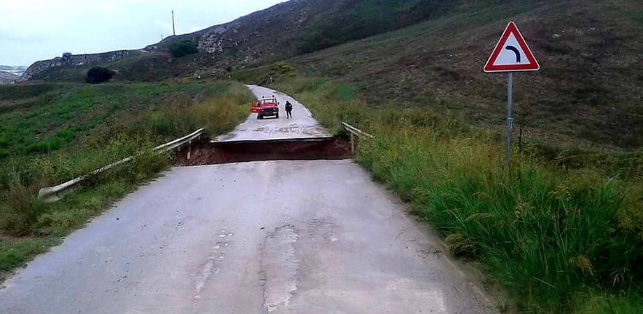 Si apre una voragine sulla strada tra Serradifalco e Mussomeli: il Vallone isolato