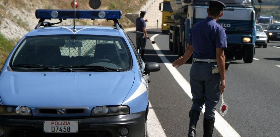 Privo di patente finge di essere un'altra persona: autista denunciato dalla Polstrada di Caltanissetta