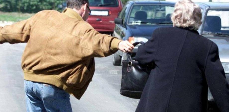 Riesi, le scippano la borsa e la fanno cadere: anziana ricoverata in ospedale