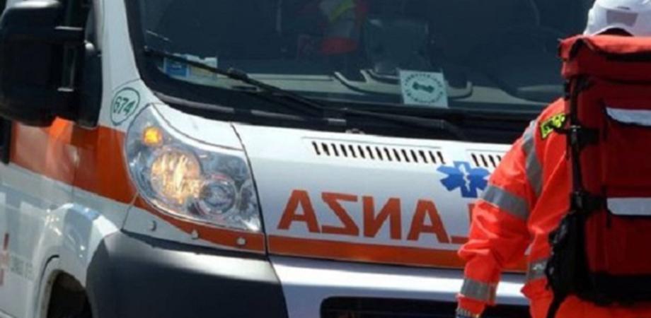 Caltanissetta, pedone attraversa la strada e viene travolto da un'auto: trasportato in ospedale