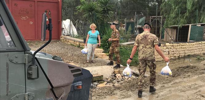L'esercito porta generi alimentari alle famiglie della provincia di Catania colpite dall'alluvione