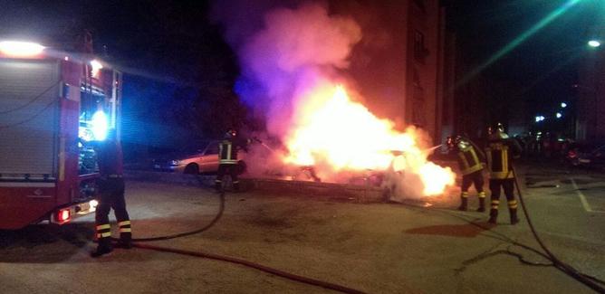 Gela, fiamme nel quartiere Villaggio Aldisio: rogo distrugge una Fiat Punto