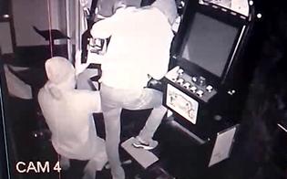 http://www.seguonews.it/caltanissetta-ladri-allinterno-di-un-bar-forzano-la-gettoniera-di-una-slot-machine