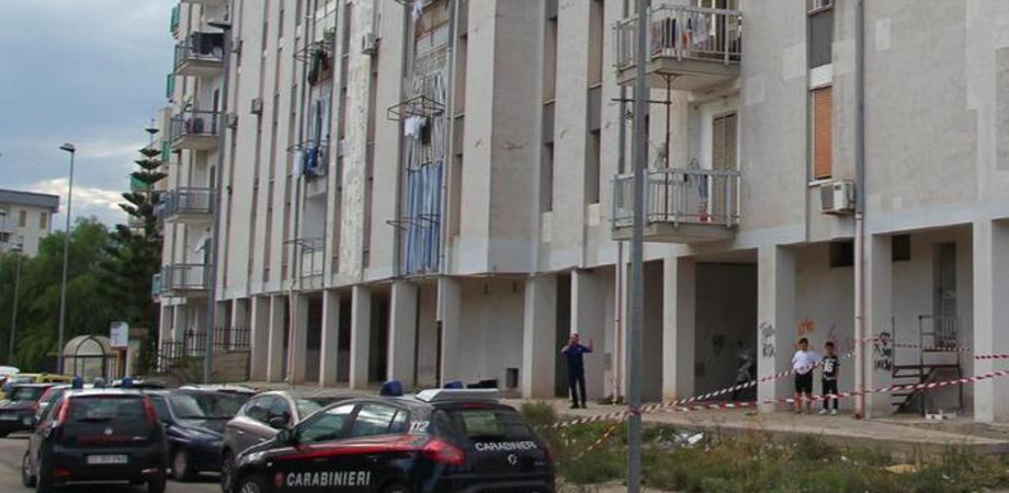 Taranto, accoltella il figlio poi lancia la figlia di 6 anni dal balcone: arrestato rischia il linciaggio