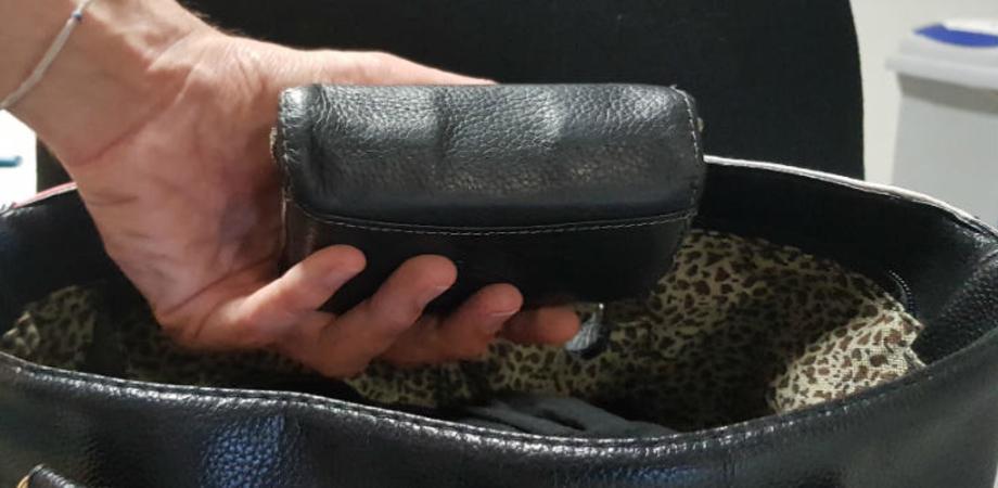 Caltanissetta, 60enne si distrae e i ladri le portano via la borsa: furto al cimitero Angeli