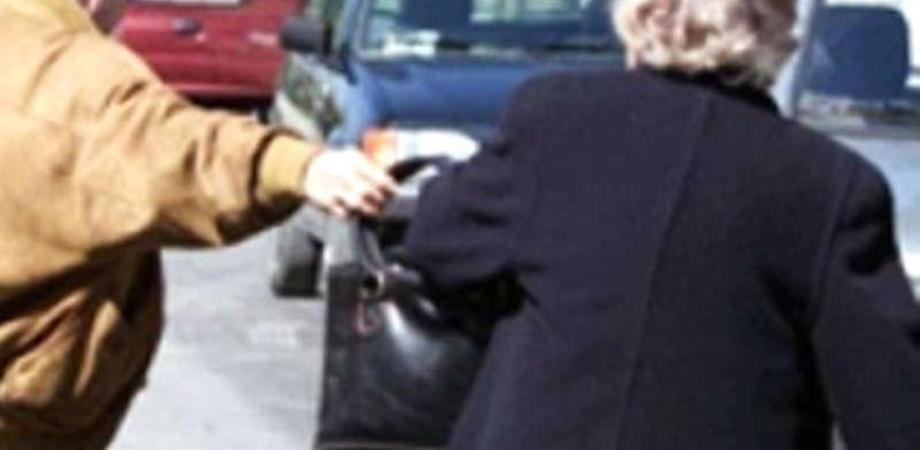 Riesi, scippano la borsa ad un'anziana e le fratturano la spalla: arrestati due minorenni