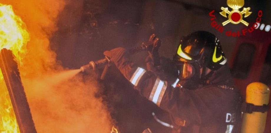 Gela, fiamme nella notte: incendiato in via Generale Cascino un autocarro