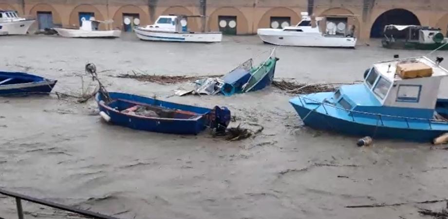 Maltempo, esonda fiume a Mazara del Vallo: strade allagate, la gente sale sui tetti