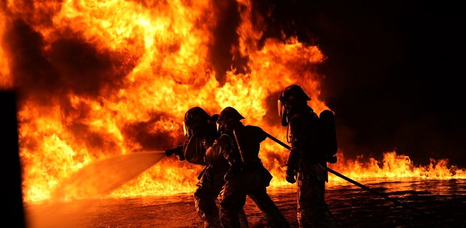 Caltanissetta, vasto incendio in contrada Misteci. Ignoti appiccano le fiamme ai rifiuti