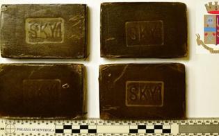 Caltanissetta, quattro panetti di hashish nascosti nella borsa: 19enne arrestata dalla Squadra Mobile