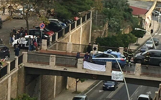 Caltanissetta, minaccia di gettarsi dal ponte di via Rosso di San Secondo: preso al volo da poliziotti e vigili del fuoco