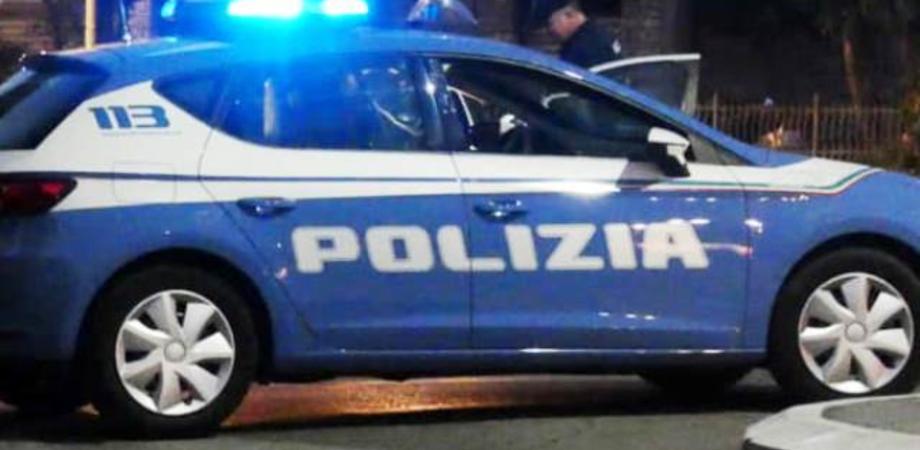 Caltanissetta, ubriaco barcolla urtando le auto in sosta poi insulta e spinge gli agenti: denunciato