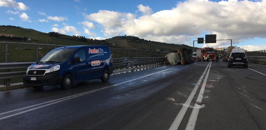 Caltanisetta, incidente sulla Ss626: autobotte si ribalta. Un ferito, inviato l'elisoccorso