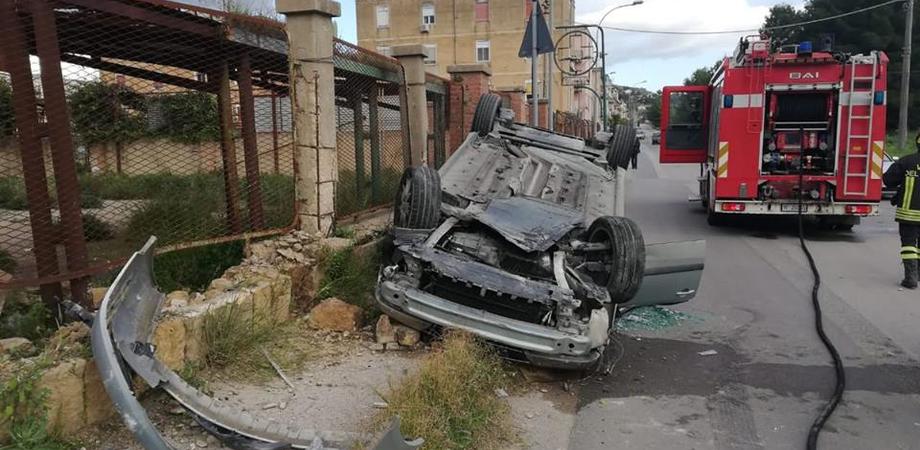 Caltanissetta, auto esce di strada e si ribalta: giovane trasportato in codice rosso al pronto soccorso