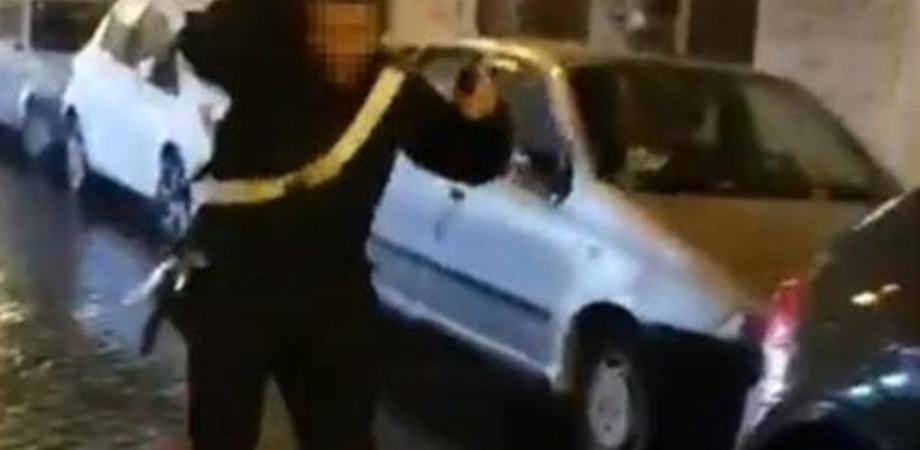 """Insulti e lanci di bottiglie contro carabiniere, lui indietreggia ma non spara. Encomi dal web: """"Sangue freddo e lucidità"""""""