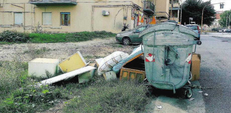 Caltanissetta, abbandono rifiuti fuori dai cassonetti e differenziata fatta male: 55 multe in soli 15 giorni