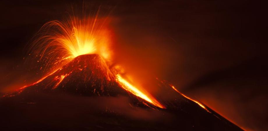 L'Etna non si ferma, ancora fuoco e spettacolo: sedicesima eruzione tra boati e colate