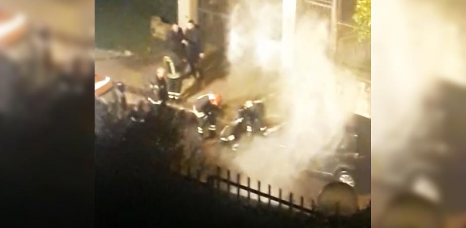 Caltanissetta, due auto a fuoco nel giro di 25 minuti. Coinvolto anche un terzo veicolo, indagano polizia e carabinieri