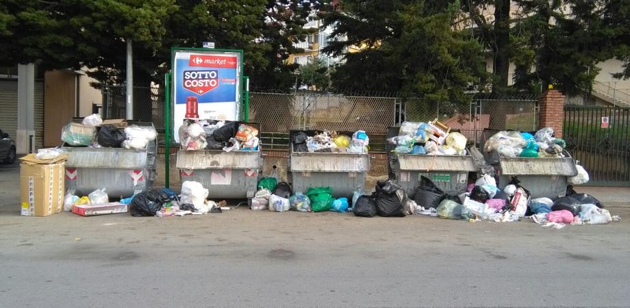 Caltanissetta, emergenza rifiuti in via Amari: residenti e commercianti presentano un esposto