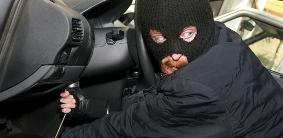 Caltanissetta, ladri rompono finestrino di un furgone e rubano gli attrezzi