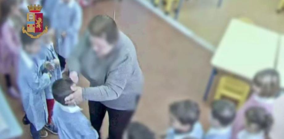 Picchiava e umiliava i bambini, sospesa a Noto una maestra d'asilo