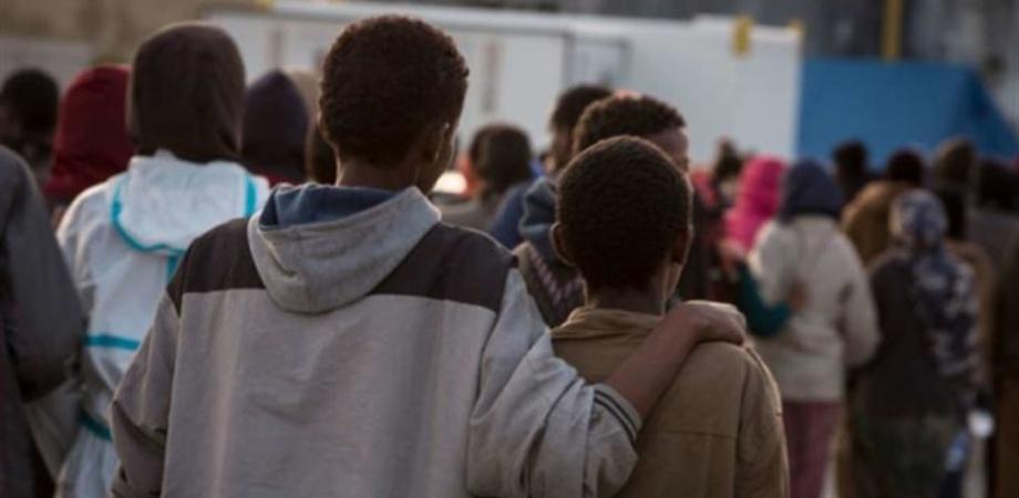 Caos migranti, in 28 fuggono a Ragusa: nel centro nove sono positivi al coronavirus, carabiniere ferito