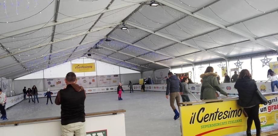 """Caltanissetta, successo per la pista di pattinaggio """"Il Centesimo on ice"""". Sarà aperta fino al 31 gennaio"""