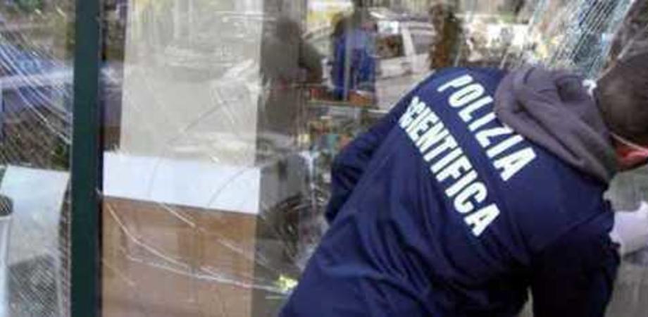 Caltanissetta, malviventi tentano altro colpo in un negozio di ricambi. Danneggiano la vetrata e poi fuggono
