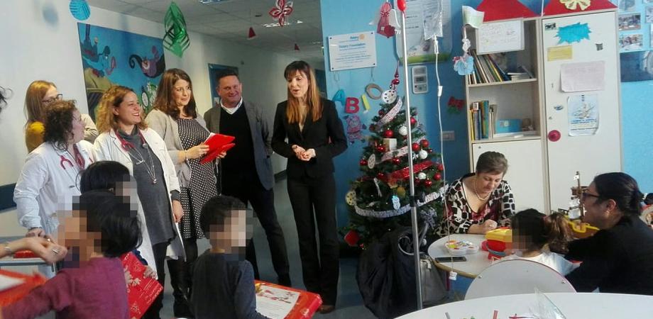 Caltanissetta, al reparto di Pediatria arrivano i regali inviati dai direttori Caltagirone e Santino