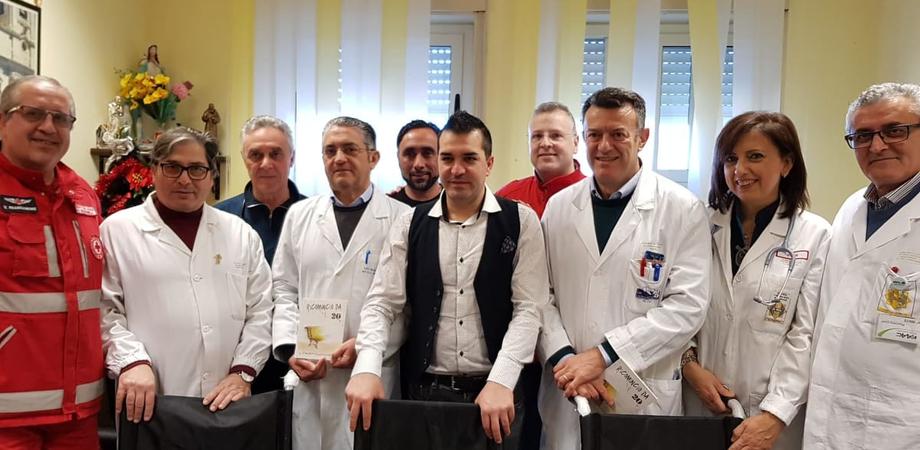 """""""Il cantante della solidarietà Onlus"""" dona tre sedie a rotelle al reparto di Rianimazione dell'ospedale Sant'Elia"""