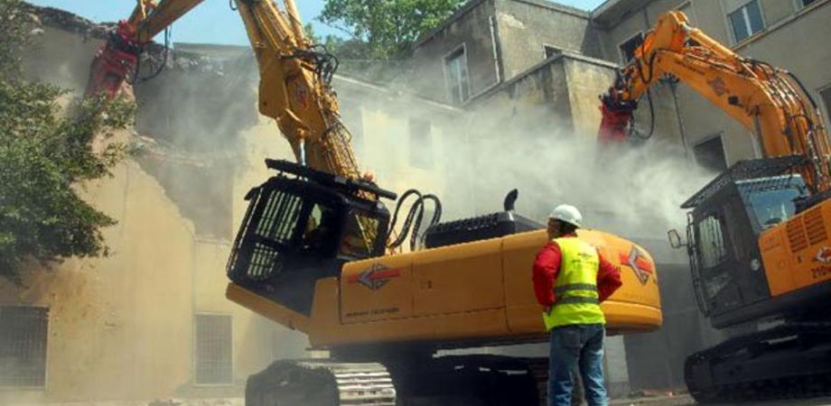 Caltanissetta, edifici pericolanti: ruspe pronte ad entrare in azione