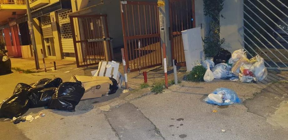 Caltanissetta, differenziata da rivedere: a San Luca il Natale tra i sacchi di immondizia