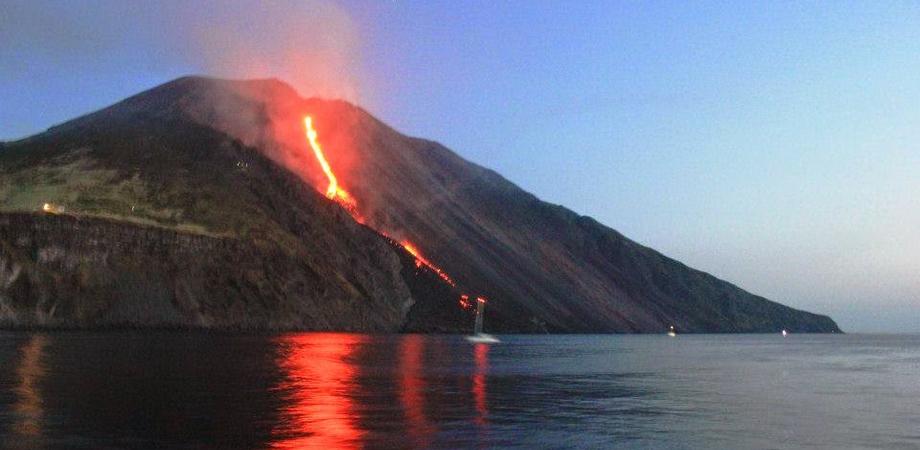 Dopo l'Etna si sveglia anche lo Stromboli con lancio di lapilli e cenere