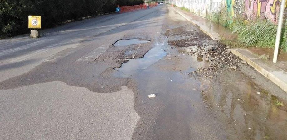 """Caltanissetta, cede manto stradale in via Costa ma nessuno interviene: automobilisti costretti a fare pericolose """"gimkane"""""""
