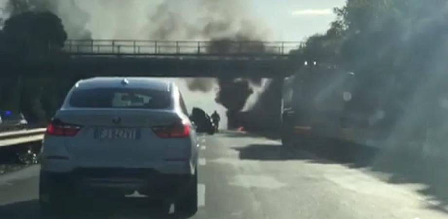 Paura sulla A19: tir avvolto dalle fiamme in autostrada dopo lo svincolo per Altavilla