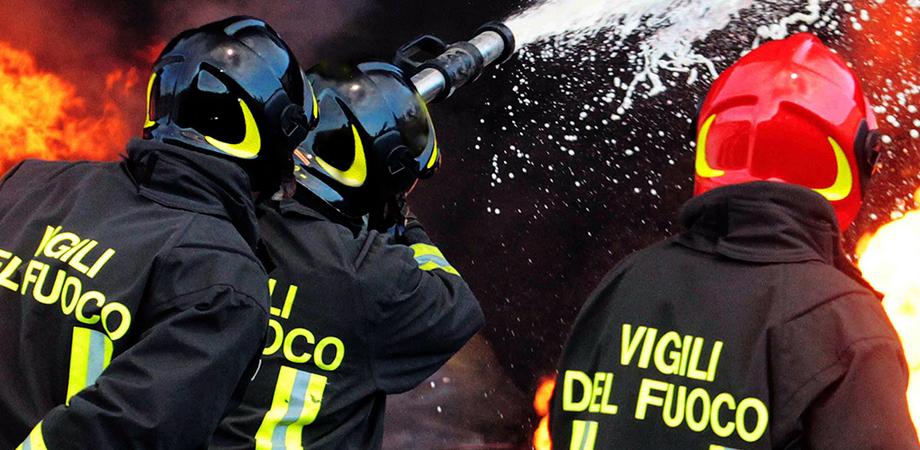 Capannone in fiamme lungo la strada provinciale tra Caltanissetta e Delia: danneggiati diversi mezzi agricoli