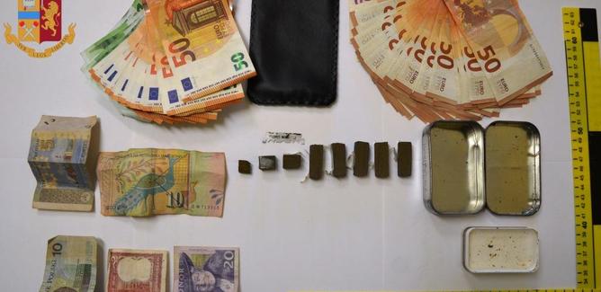 Caltanissetta, sentono urla mentre accompagnano anziano colto da malore. Poliziotti trovano due stranieri con hashish e 2800 euro in contanti