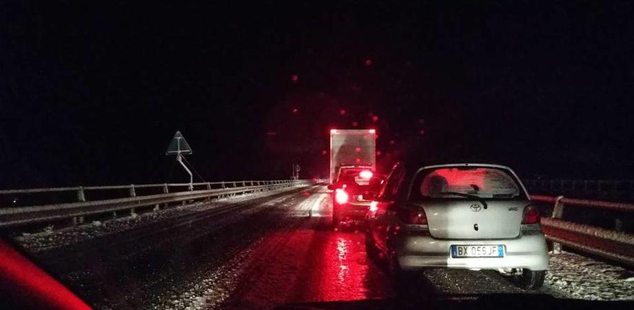 La Sicilia nella morsa del gelo, auto bloccate tra Enna e Caltanissetta. Decine gli interventi dei vigili del fuoco