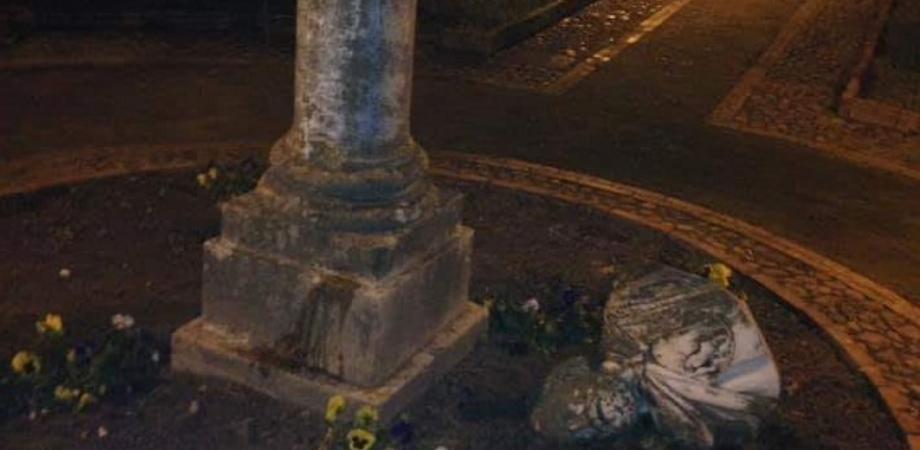 """Caltanissetta, a Villa Amedeo vandali staccano il busto di Garibaldi. L'assessore Tumminelli: """"Sporgeremo denuncia"""""""