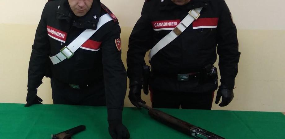 A casa con un fucile, una pistola e cartucce di vario calibro: arrestati due gelesi