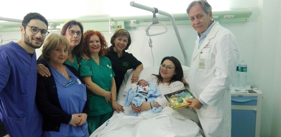 Al reparto di Ostetricia del Sant'Elia arrivano i libri di fiabe per i primi nati. A donarli i direttori Caltagirone e Santino