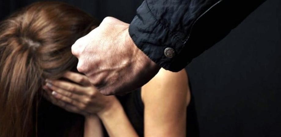 Picchiava e insultava la moglie da circa dieci anni, poteva uscire solo per fare la spesa: arrestato un riesino