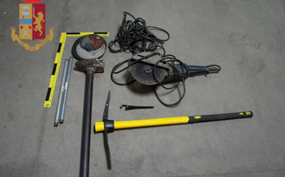 http://www.seguonews.it/caltanissetta-in-auto-con-mazze-di-ferro-picconi-e-altri-oggetti-per-lo-scasso-quattro-denunciati-dalla-polizia-stradale