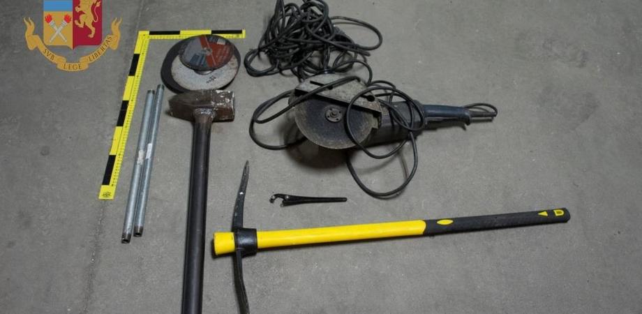 Caltanissetta. In auto con mazze di ferro, picconi e altri oggetti per lo scasso: quattro denunciati dalla Polizia Stradale