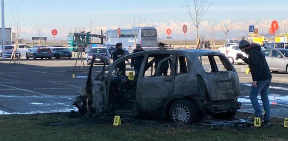 Sperona l'auto della sua ex e le dà fuoco: la donna è in gravi condizioni