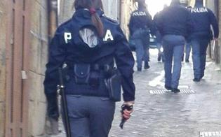 http://www.seguonews.it/caltanissetta-fugge-alla-vista-dei-poliziotti-gettando-in-aria-la-droga-una-volta-bloccato-tenta-di-liberarsi-arrestato